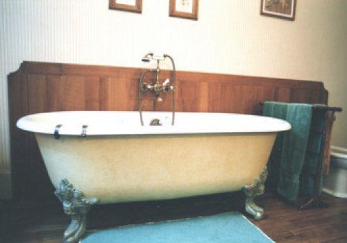 Une baignoire dans une ancienne chambre !